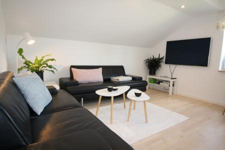 Wohnzimmer der schwarzen Ferienwohnung